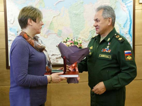 Шойгу вручил наградные документы внучке героя-артиллериста