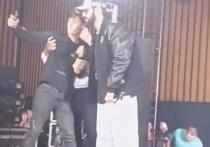 На концерте в Северной Осетии рэпер Miyagi спас фаната от охраны