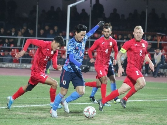Футболисты Кыргызстана проиграли Японии, но сохранили 2 место в группе