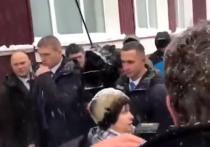Депутат сельсовета Санниково Елена Овдина рассказала, что жителям села стало стыдно за поведение односельчанки Татьяны Кадукиной, которая очень эмоционально обратилась с просьбой к премьер-министру РФ Дмитрию Медведеву помочь вернуть горячую воду в квартиру