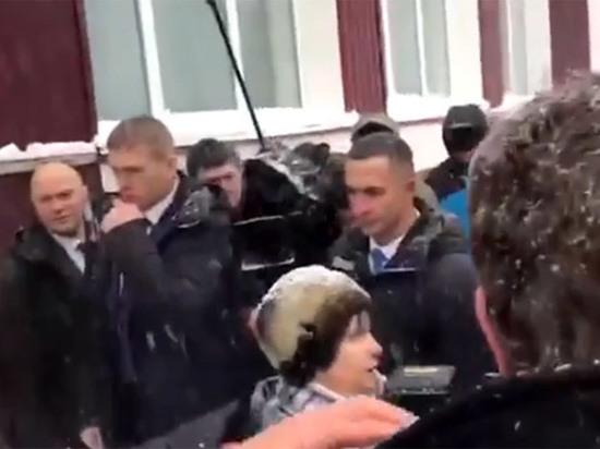Односельчане устыдились вставшей на колени перед Медведевым пенсионерки