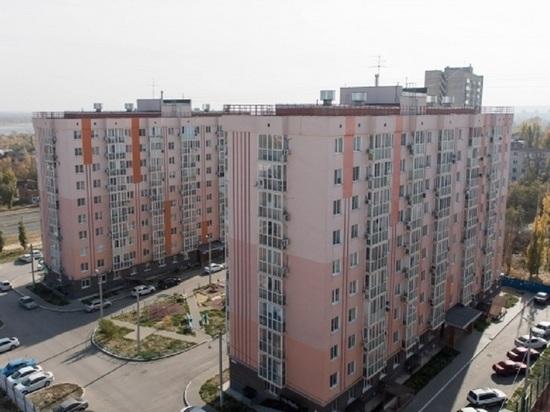 Очевидцы: в Волгограде выпала женщина с балкона