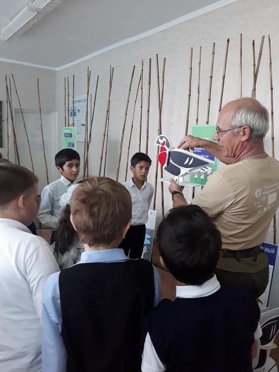 Детям в районе Калмыкии рассказали о редкой птице