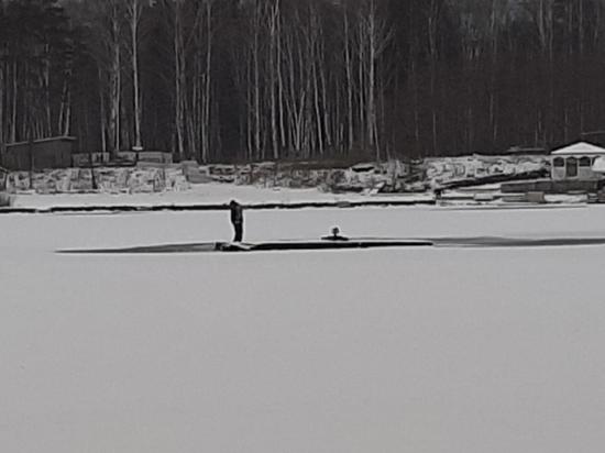 """В Екатеринбурге возле отеля """"Рамада"""" рыбак провалился под лед"""