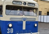 В Кирове восстановили троллейбус прошлого века и запустили его по улицам