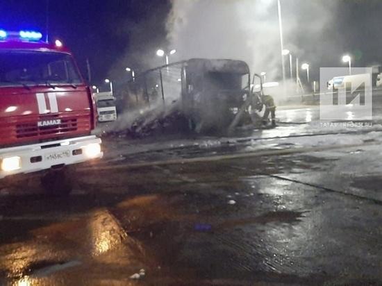 На трассе М7 в Татарстане сгорела фура с печеньем