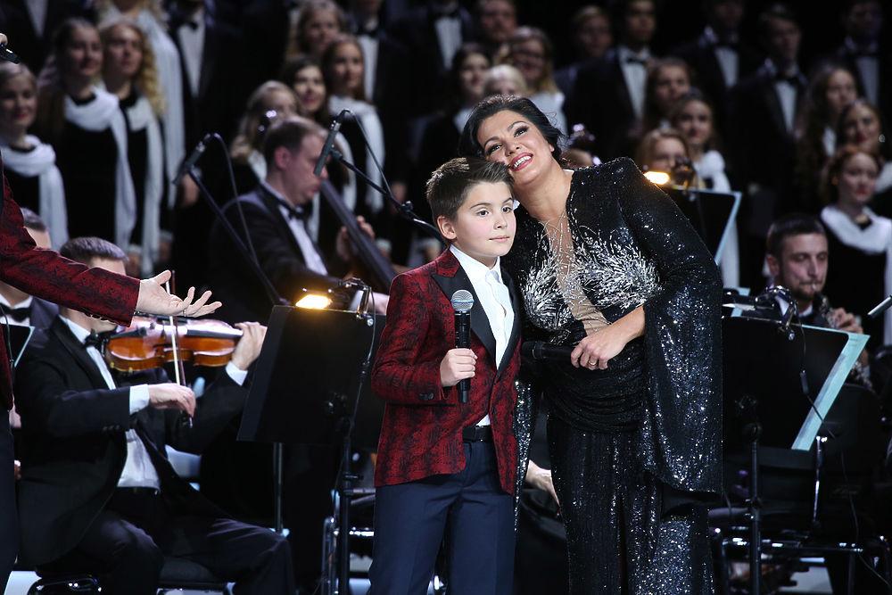 Певица Анна Нетребко впервые вывела на сцену сына
