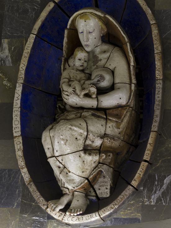 Вандал отбил грудь у скульптуры Мадонны в московском метро