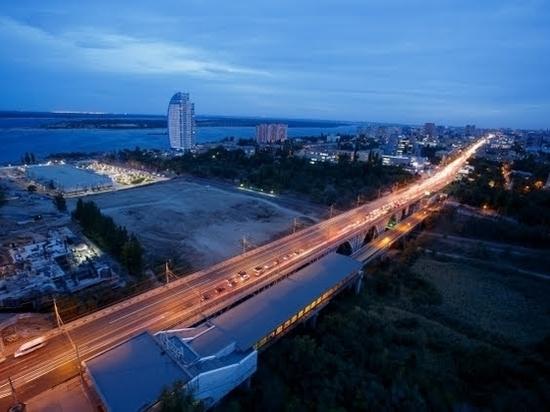 Очевидцы сообщают о ДТП в Волгограде с участием автобуса и автовоза
