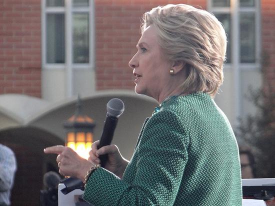 СМИ сообщили об экстренной посадке самолета с Клинтон на борту