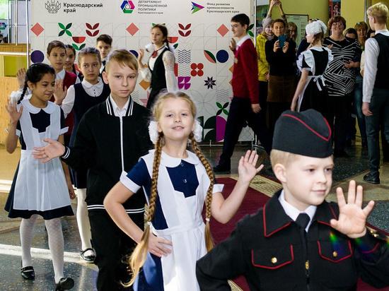 Новую форму для учащихся казачьих классов представили на Кубани