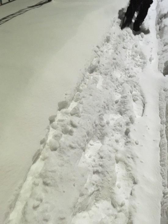 По колено в снегу: жители Салехарда рассказали о заваленных тротуарах. Фото