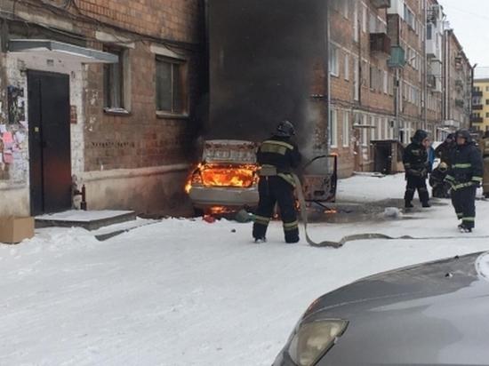Автомобильный пожар в Абакане мог перерасти во что-то большее, если бы вовремя не приехали спасатели
