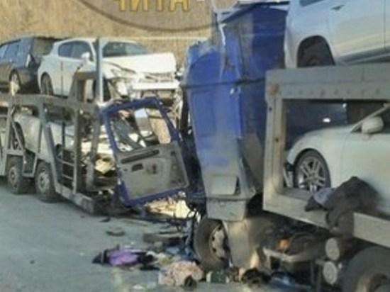 Четыре авто на платформах пострадали при столкновении автовозов