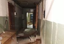 В Салехарде жильцы аварийного дома ломают ноги из-за обрушения пола