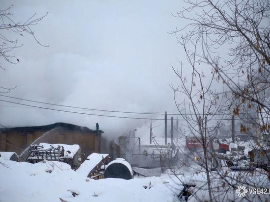 Более 50 человек тушили загоревшийся утром склад стройматериалов в Кемерове