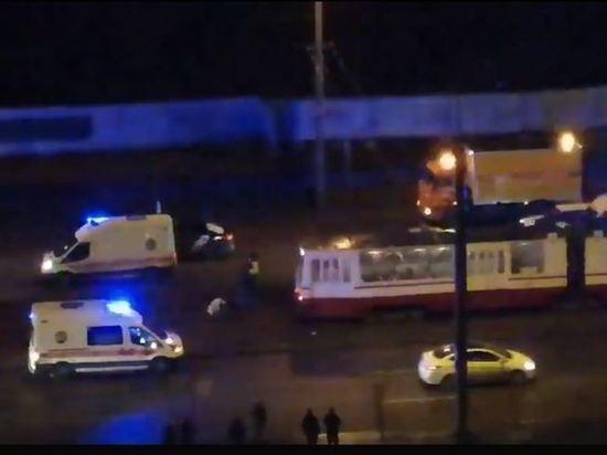 Трамвай сбил двух пешеходов в Веселом Поселке