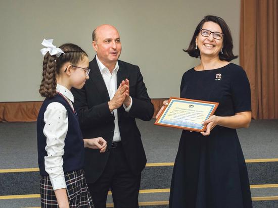 Депутат горсовета Игорь Кудин наградил более 50 учеников по итогам первой четверти