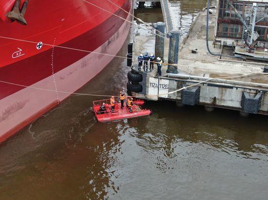 В Большом порту Санкт-Петербург устранили крупный разлив нефти