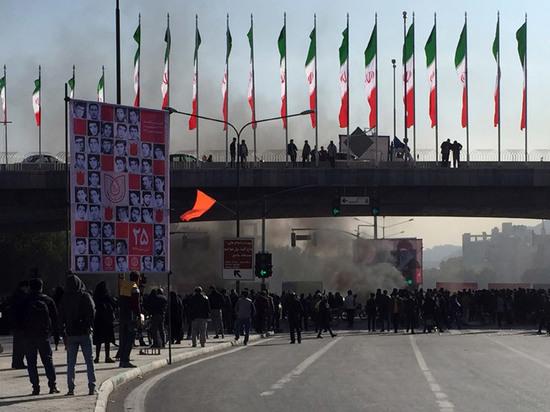 Массовые протесты в Иране из-за подорожания бензина: десятки погибших