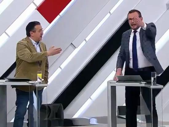 Украинский политолог сбил с ног американского эксперта на российском телевидении