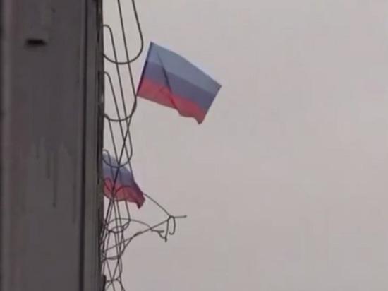Зеленского в Станице Луганская встретили десятками флагов ЛНР