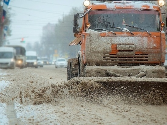 В Абакане специалисты Спецавтобазы ЖКХ круглосуточно очищают дороги от снега