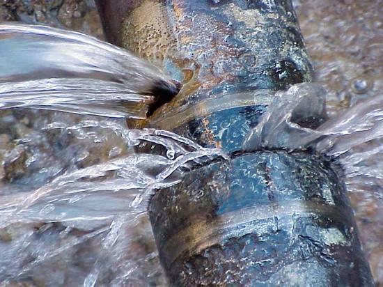 Из-за прорыва водопровода в Избербаше пришлось вскрыть новый асфальт