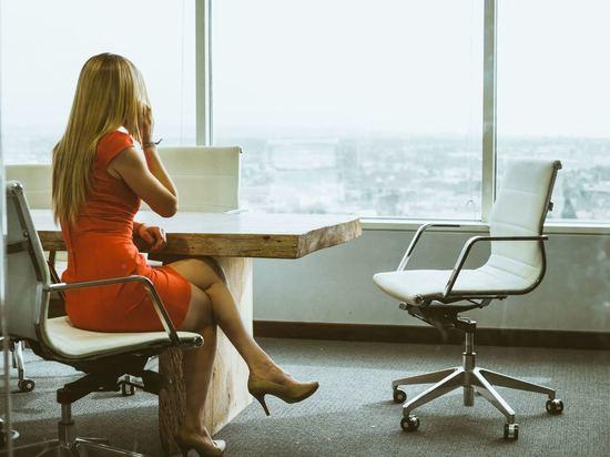 Ортопед порекомендовал женщинам сидеть в мужской позе