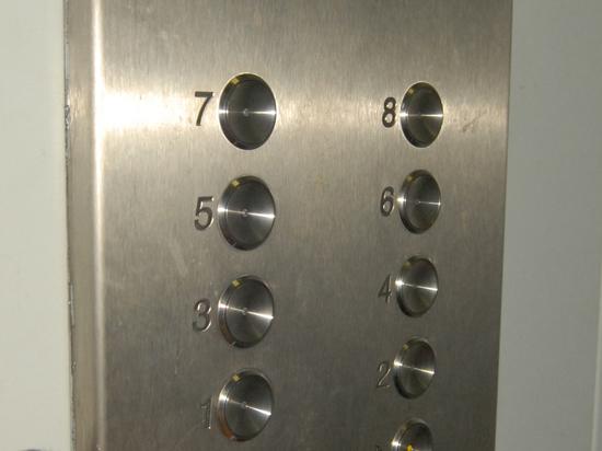 Пенсионерка умерла, после того как просидела полчаса в застрявшем лифте