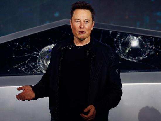 Новой машине от Илона Маска разбили стекло на презентации
