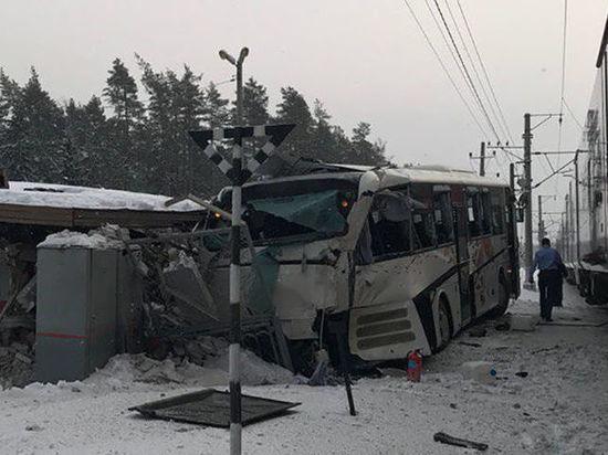 За столкновение «Ласточки» с автобусом в Петербурге наказали дежурную по переезду