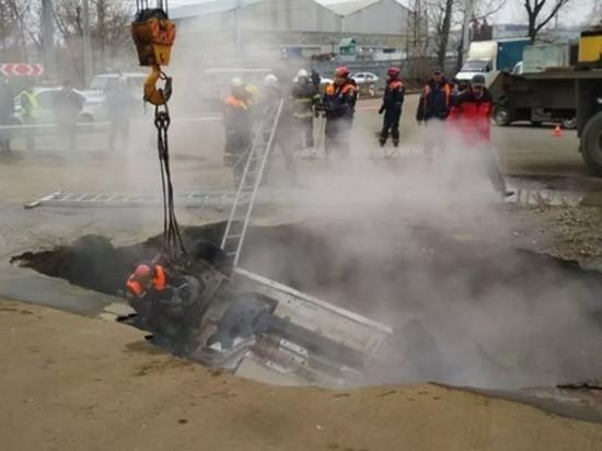 Прокуратура узнала, почему автомобиль провалился в яму с кипятком в Пензе