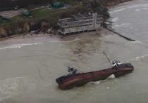 После аварии танкера в Черном море произошла утечка нефти