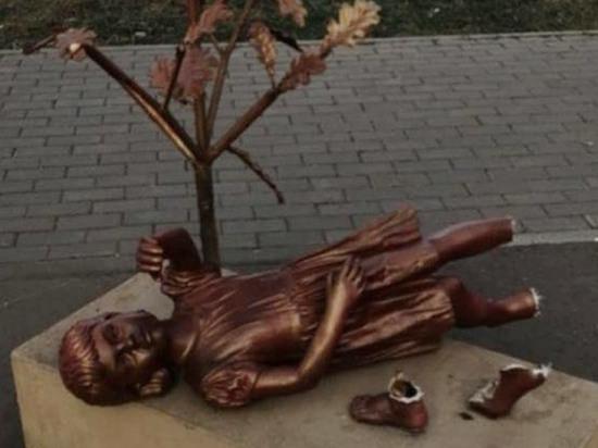 В химкинском сквере оторвали ноги девочке-скульптуре