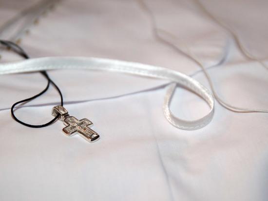 Священник, отказавшийся крестить девочку с родимым пятном, затаился после скандала