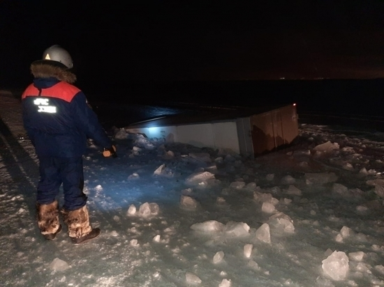 На ледовой переправе в Якутии затонул грузовик
