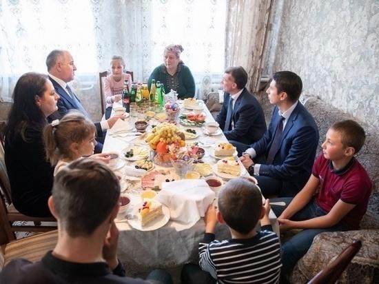 Министр труда РФ и глава Карачаево-Черкесии посетили многодетную семью