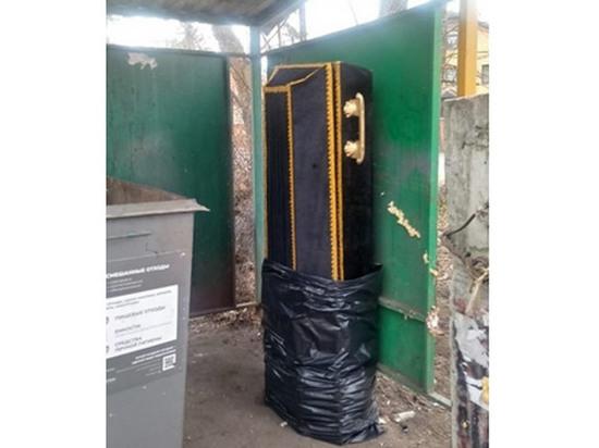 В Подмосковье на помойку выбросили гроб: