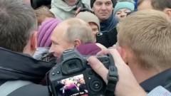 Путин обнял плачущую бабушку и пообещал помочь ее дочери