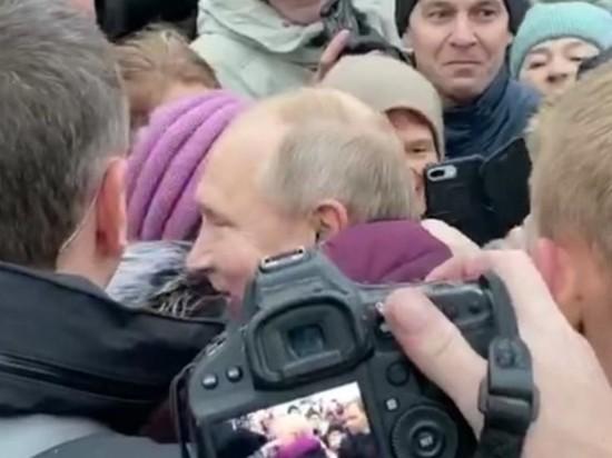 Бабушка разрыдалась в объятиях Путина