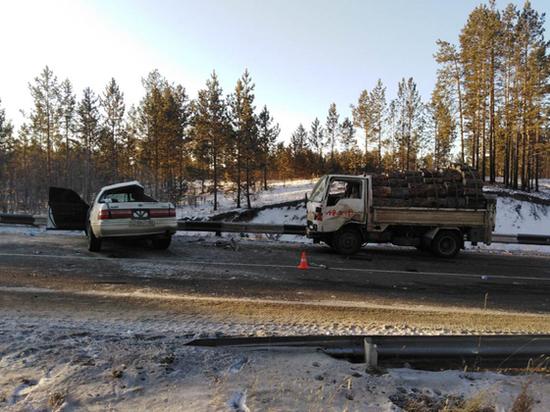 В Бурятии водитель врезался в грузовик с лесом и погиб