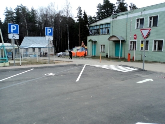 Заметно изменилась гостевая парковка у парка «Харинка» - на днях здесь завершились работы по благоустройству