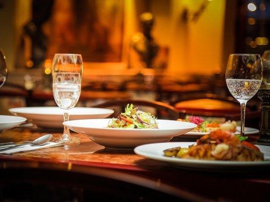 Еда и Дед Мороз: сколько стоят новогодние корпоративы в шикарных ресторанах Салехарда