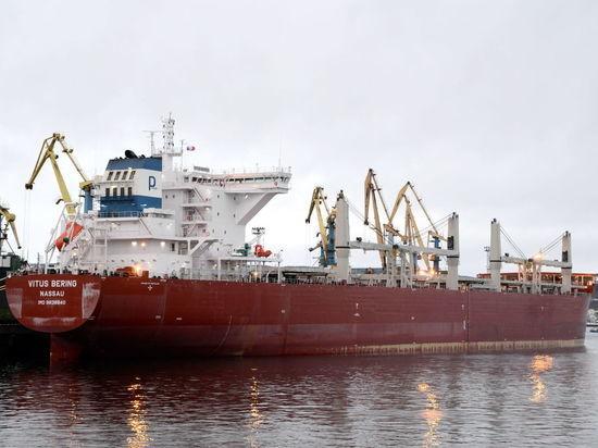 В Мурманском торговом порту грузится новый гигантский балкер