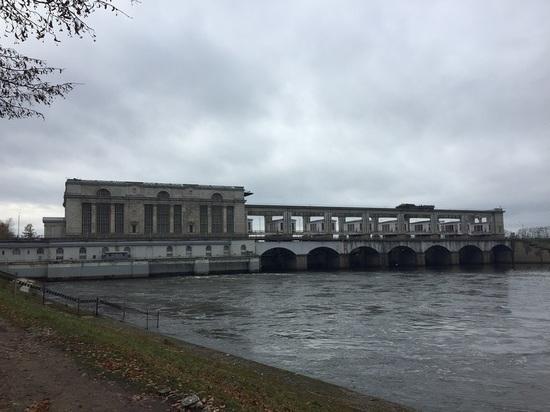 Водосливная плотина Рыбинского гидроузла закрыта
