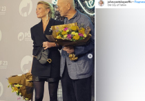Спустя 17 лет Андрей Кончаловский вместе с Юлией Высоцкой вернулся в Таллин, где в 2002 году на Международном кинофестивале «Темные ночи» представляли свою первую совместную картину «Дом дураков»
