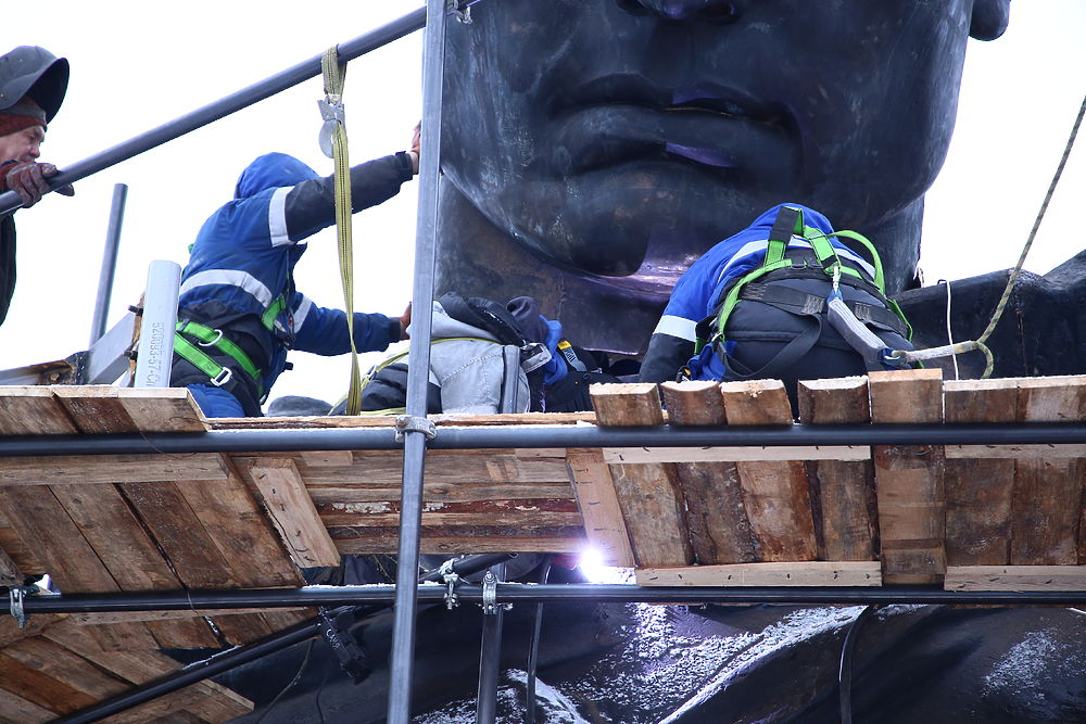 В Тверской области собрали верхнюю часть скульптуры Советского солдата
