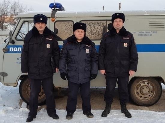 В Октябрьском районе сотрудники полиции помогли выбраться из леса семье с маленьким ребенком