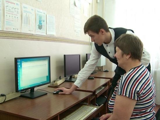 Связь поколений: бийские школьники помогают пожилым людям освоить компьютерные технологии